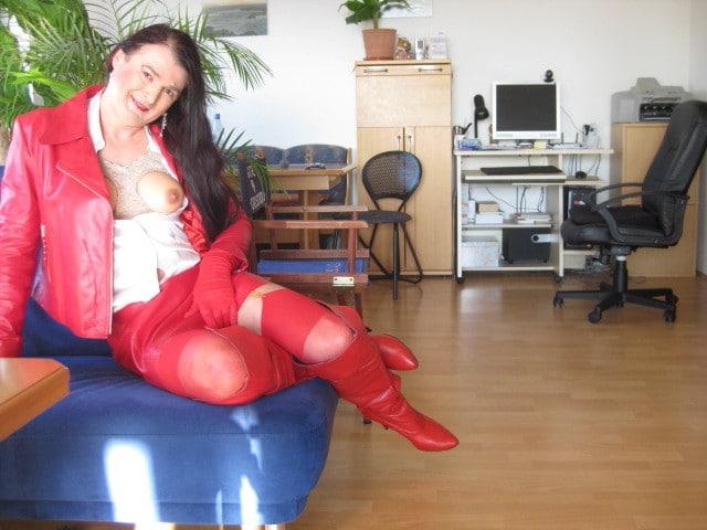Frau im roten Lederrock
